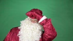Santa Claus mira alrededor almacen de video