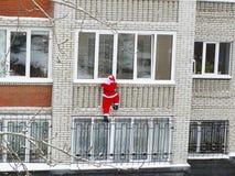Santa Claus mira en una ventana Imagen de archivo libre de regalías