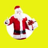 Santa Claus mit dem Geschenk, das auf Farbweißem Grün aufwirft Stockfotos