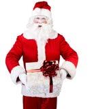 Santa Claus mit dem Geschenk, das auf Weiß lokalisiert aufwirft Lizenzfreies Stockbild