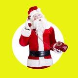 Santa Claus mit dem roten Telefon, das auf Farbe aufwirft Lizenzfreies Stockfoto
