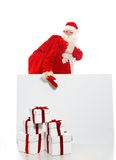 Santa Claus mit dem Sack voll von den Geschenkboxen Stockfotos