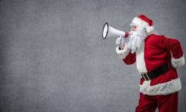 Santa Claus mit einem Megaphon lizenzfreie stockbilder