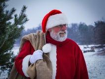 Santa Claus mit einer Tasche von Geschenken Lizenzfreies Stockbild
