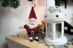Santa Claus mit einer Trompete auf einem Weihnachtsbaum mit einer Kerzenlaterne stockfotos