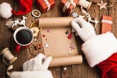 Santa Claus mit Geschenken und Wunschliste Stockbild