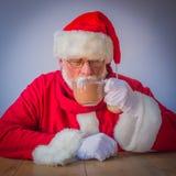 Santa Claus mit glas der Kakaos Stockfotos