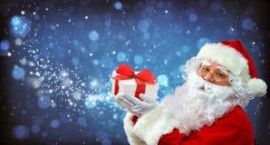 Santa Claus mit magischem Licht in seinen Händen Lizenzfreies Stockfoto