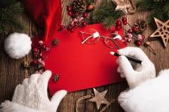 Santa Claus mit roter Karte Lizenzfreie Stockfotos