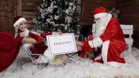Santa Claus mit seiner Nichte, holen die letzten Rabatte für die Winterurlaube Letzter Verkauf stock video footage