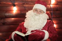 Santa Claus mit Weinlesebuch Lizenzfreie Stockfotografie