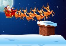 Santa Claus monte le vol de traîneau de renne dans le ciel Photographie stock