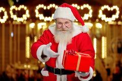 Santa Claus montrant la boîte avec le présent Image libre de droits