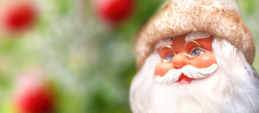 Santa Claus na árvore de Natal do fundo Fotos de Stock