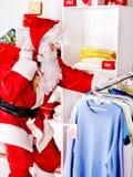 Santa Claus na loja de roupa. Imagens de Stock
