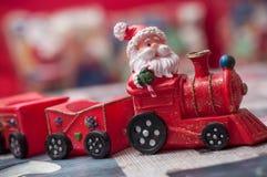 santa Claus na miniatury zabawki pociągu Fotografia Royalty Free