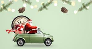 Santa Claus nedräkning på bilen arkivbild