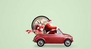 Santa Claus nedräkning på bilen fotografering för bildbyråer