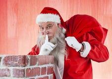 Santa Claus niesie prezent torbę z palcem na wargach Fotografia Royalty Free