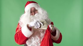 Santa Claus nimmt einen Stapel von Rechnungen von einer roten Tasche, Geldkonzept-Grün chromakey im Hintergrund stock video