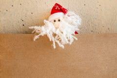 Santa Claus o padre Frost con la tarjeta en blanco del papel del arte Fotos de archivo libres de regalías