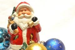 Santa Claus och Cristmas garneringar Arkivbilder