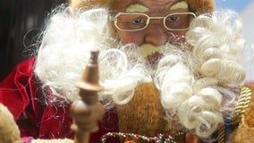 Santa Claus och faderfrost med gnomen stock video