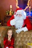 Santa Claus och flicka med julgåvor Royaltyfri Bild