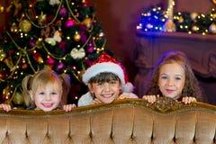 Santa Claus och grupp av flickor med julgåvor Royaltyfri Foto