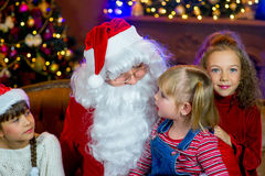 Santa Claus och grupp av flickor med julgåvor Royaltyfri Fotografi
