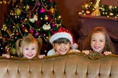 Santa Claus och grupp av flickor med julgåvor Royaltyfria Bilder