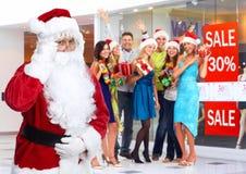 Santa Claus och grupp av lyckligt folk arkivbild