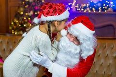 Santa Claus och lettleflicka med julgåvor Royaltyfria Foton