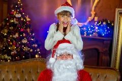 Santa Claus och lettleflicka med julgåvor Royaltyfri Bild