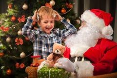 Santa Claus och lite pojke Arkivbilder