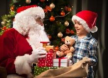 Santa Claus och lite pojke Royaltyfri Foto