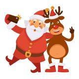 Santa Claus och polara hjortar i hatt gör selfie Arkivbilder