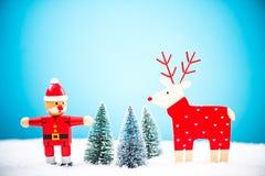 Santa Claus och ren i snöig skog Royaltyfri Bild