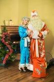 Santa Claus och snöjungfrun, det nya året firas Royaltyfri Bild