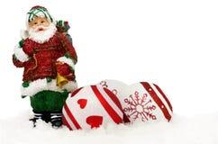 Santa Claus och struntsaker i snö Royaltyfri Bild