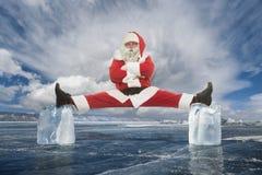 Santa Claus ocupada antes dos feriados, da força e da resistência fotografia de stock royalty free