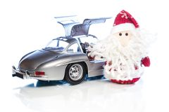 Santa Claus oder Vater Frost mit altem Retro- Auto Lizenzfreies Stockfoto
