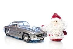 Santa Claus oder Vater Frost mit altem Retro- Auto Stockfotos