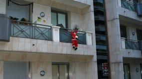 Santa Claus op nieuw jaarbalkon Stock Afbeelding