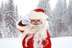 Santa Claus op sneeuw in de winter bij Kerstmis royalty-vrije stock foto's