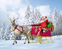 Santa Claus op zijn ar en rendier, sneeuw dekte bomen af die bij de achtergrond zijn. Stock Afbeeldingen