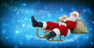 Santa Claus op zijn slee stock afbeeldingen