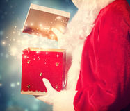 Santa Claus Opening en stor julgåva fotografering för bildbyråer