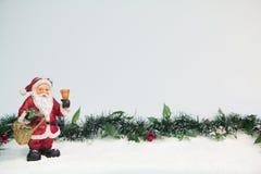 Santa Claus Ornament con il vischio Immagini Stock