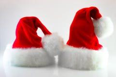 Santa Claus ou chapeau rouge de Noël sur le fond blanc Photos libres de droits